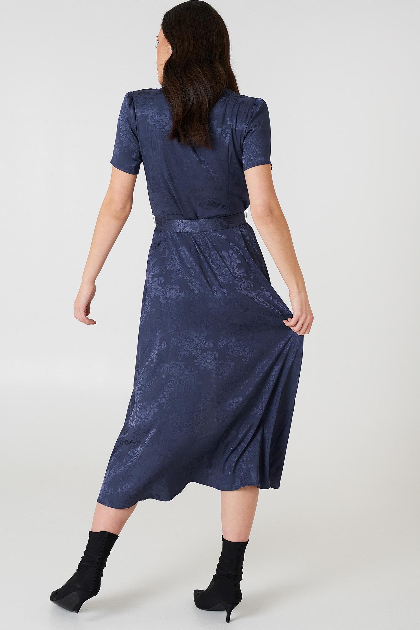 Satynowa sukienka w żakardowe kwiaty z wiązaniem  NA-KD.COM