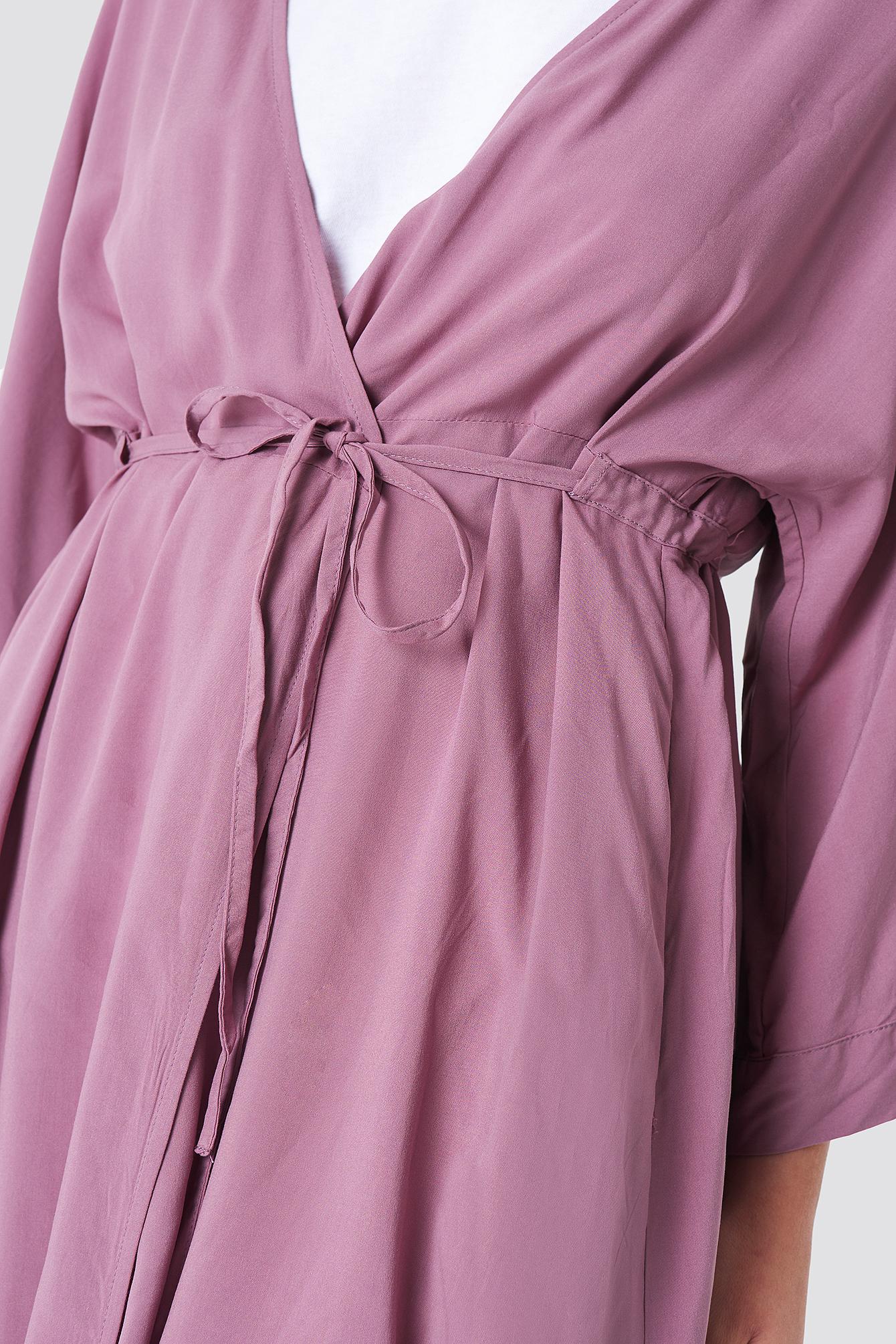 Sukienka z wiązanym rękawem NA-KD.COM