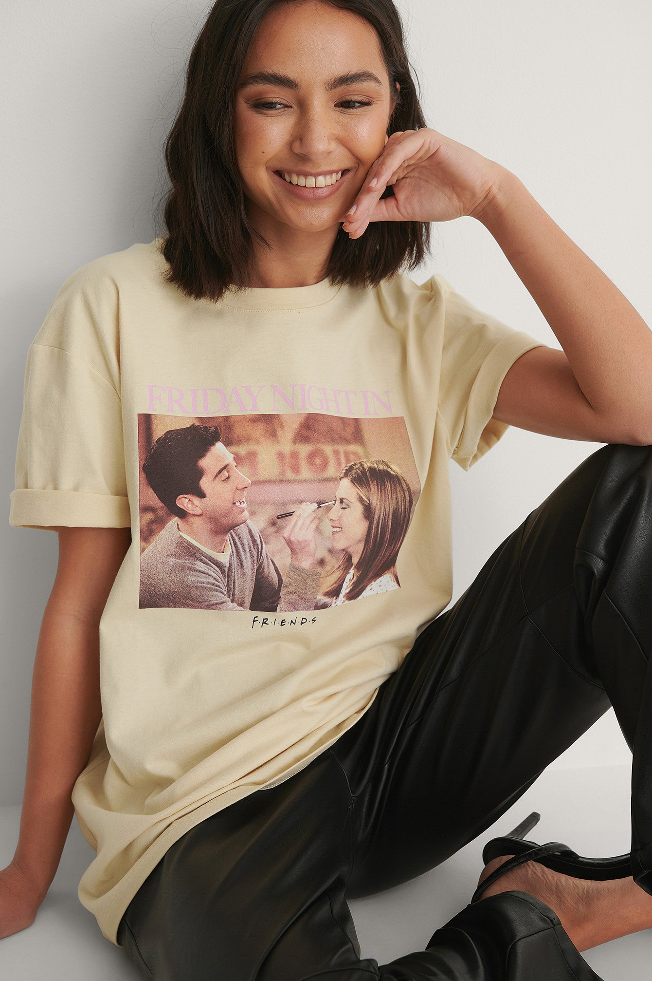 Beige Friends Night in Unisex-T-Paita