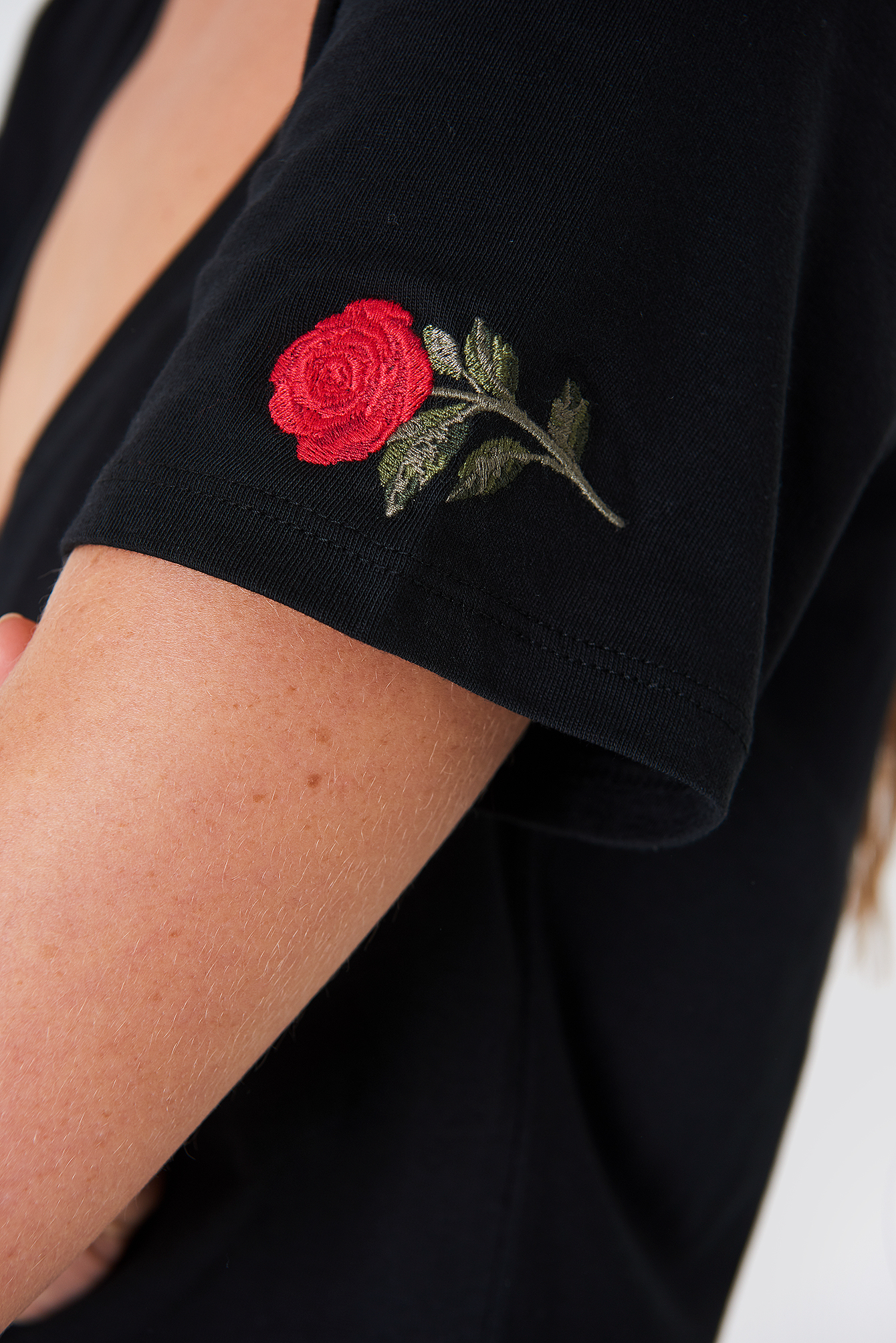 V-neck Rose Embroidery Tee NA-KD.COM