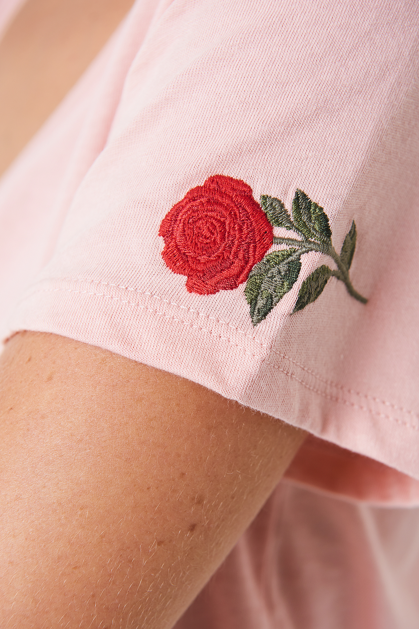 V-neck Rose Embroidery Tee NA-KD.COM