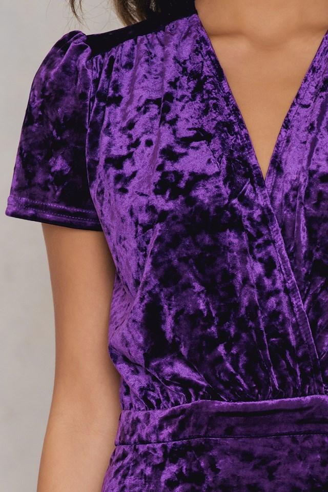 Aksamitna sukienka z głębokim dekoltem Strong Purple