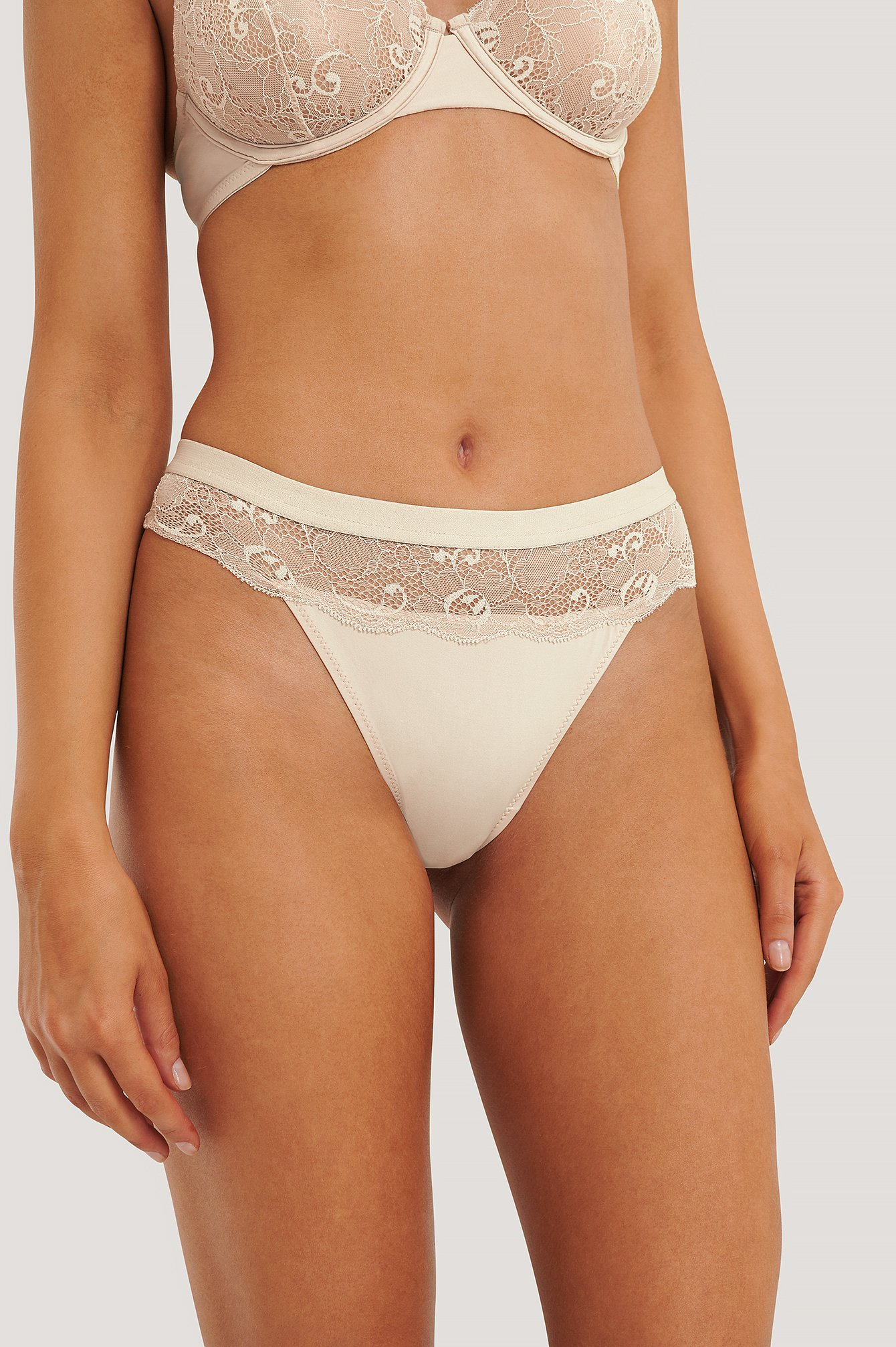 Pearl Wavy Lace Edge V-String