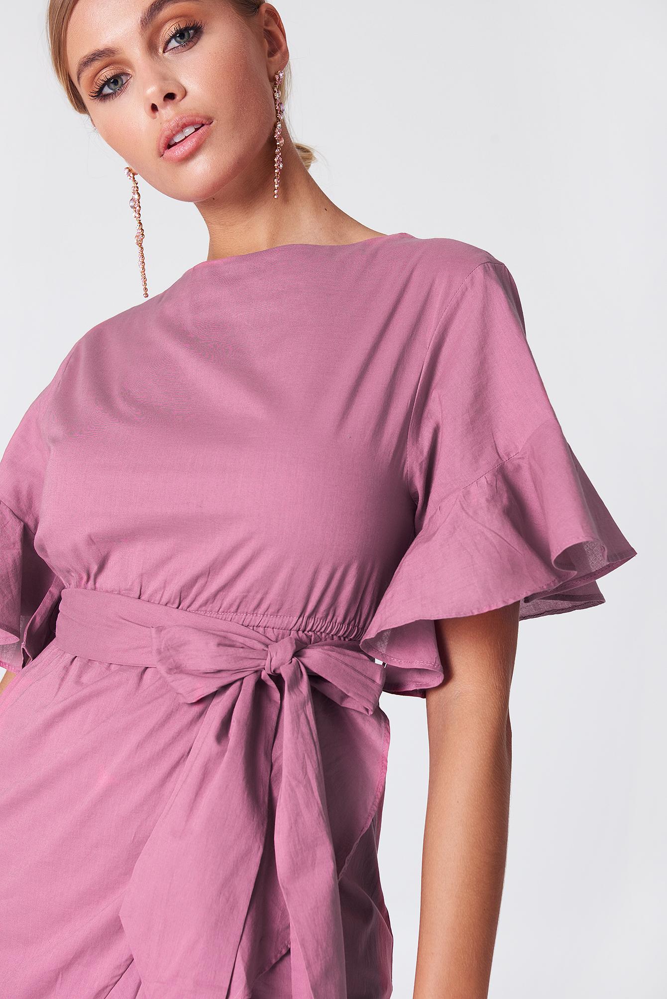 Sukienka kopertowa z falbanką na rękawach NA-KD.COM