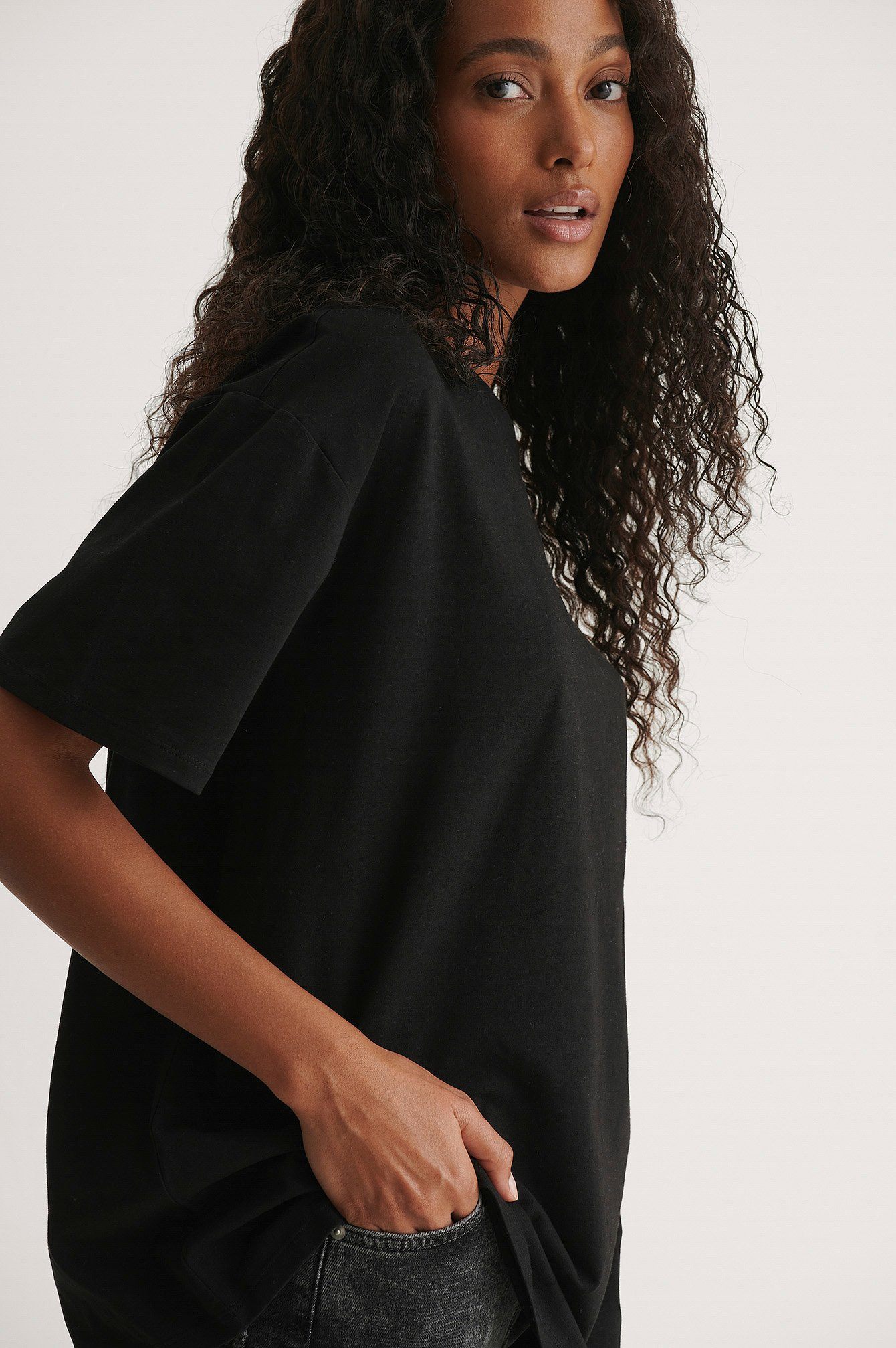 Pelican Bay x NA-KD Økologisk basis t-shirt med lave skuldre - Black