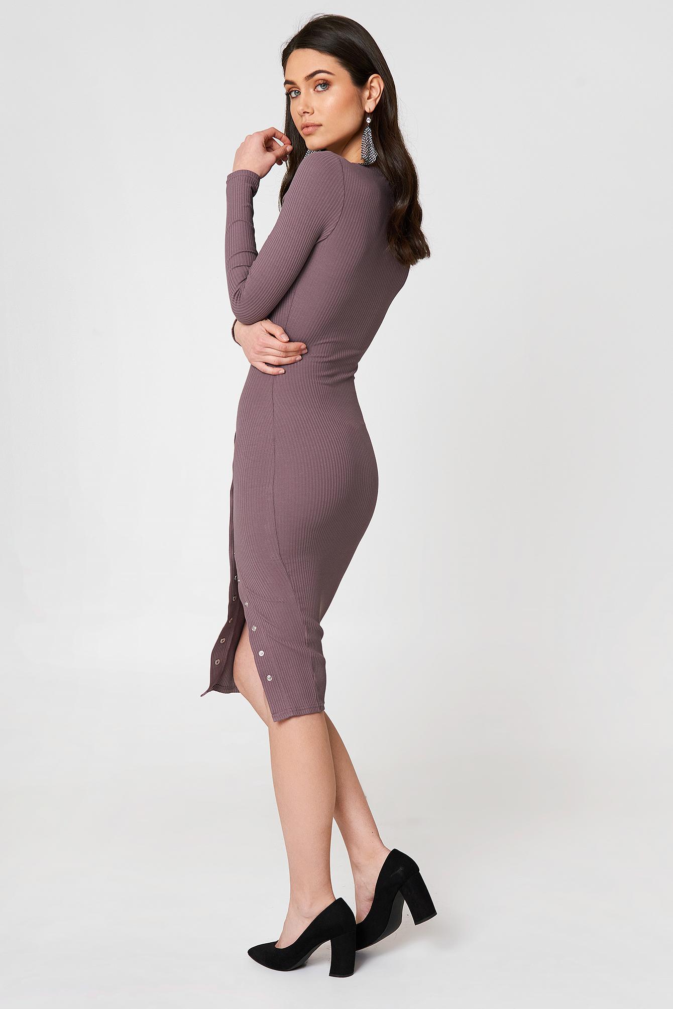 Sukienka w prążki z rozcięciem NA-KD.COM