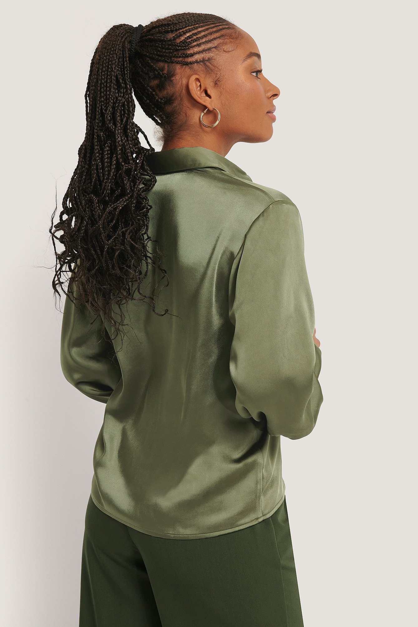 Dark Green Satingbluse Med Store Manchetter