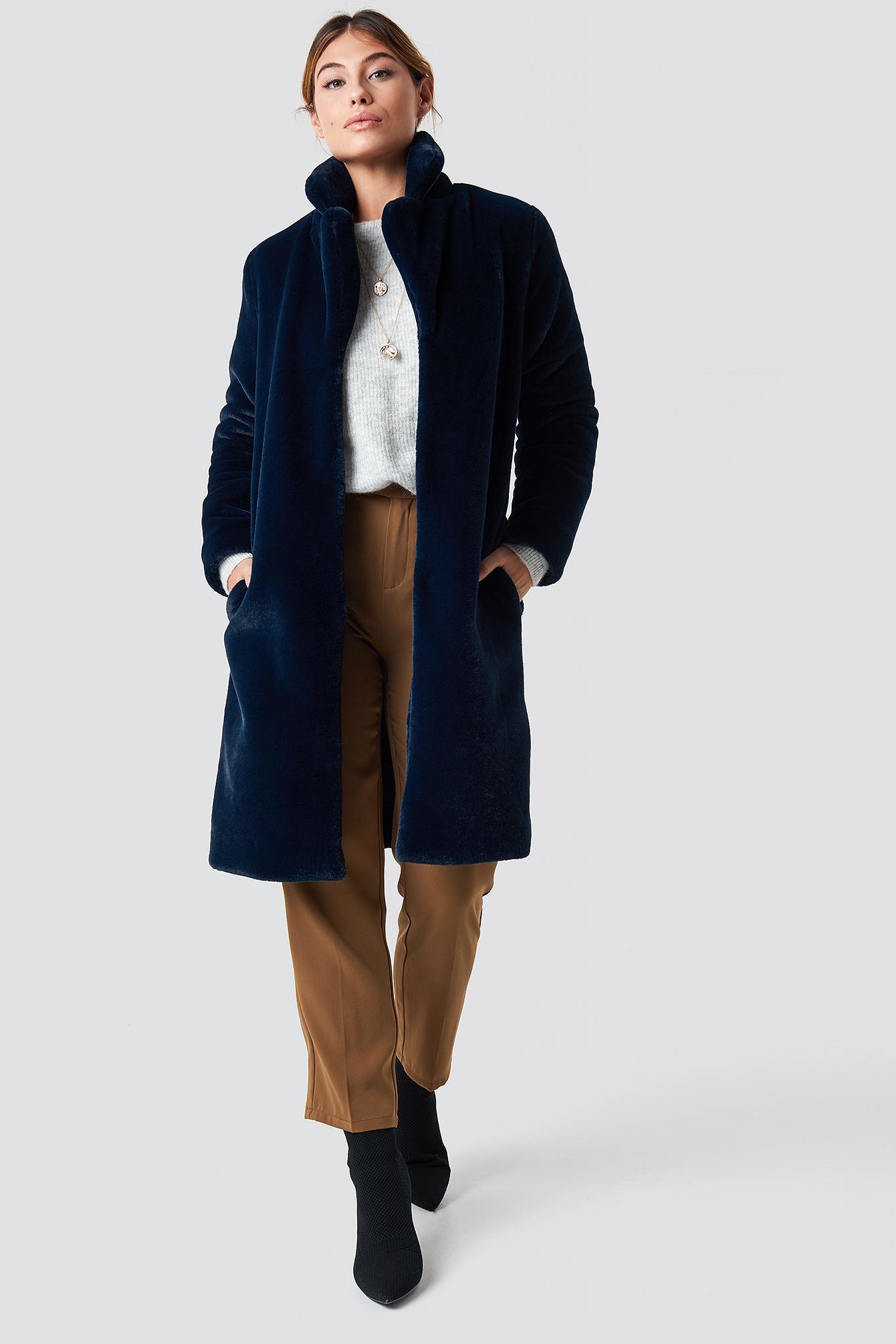 Długi płaszcz ze sztucznym futrem NA-KD.COM