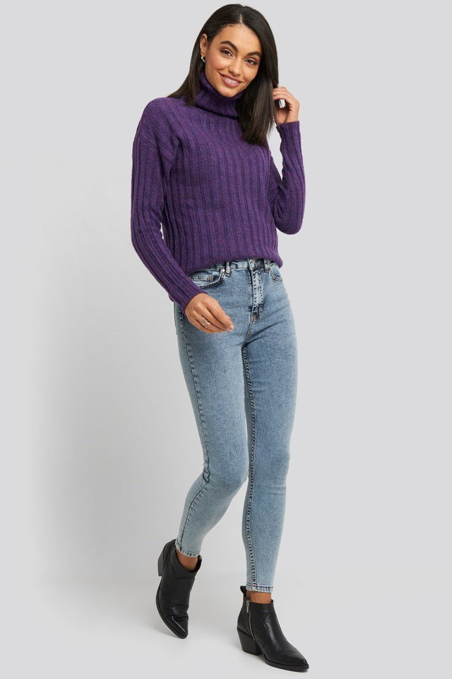 Style this sweater with blue high-waisted jeans, black high-heeled ankle boots and silver-colored jewelry.