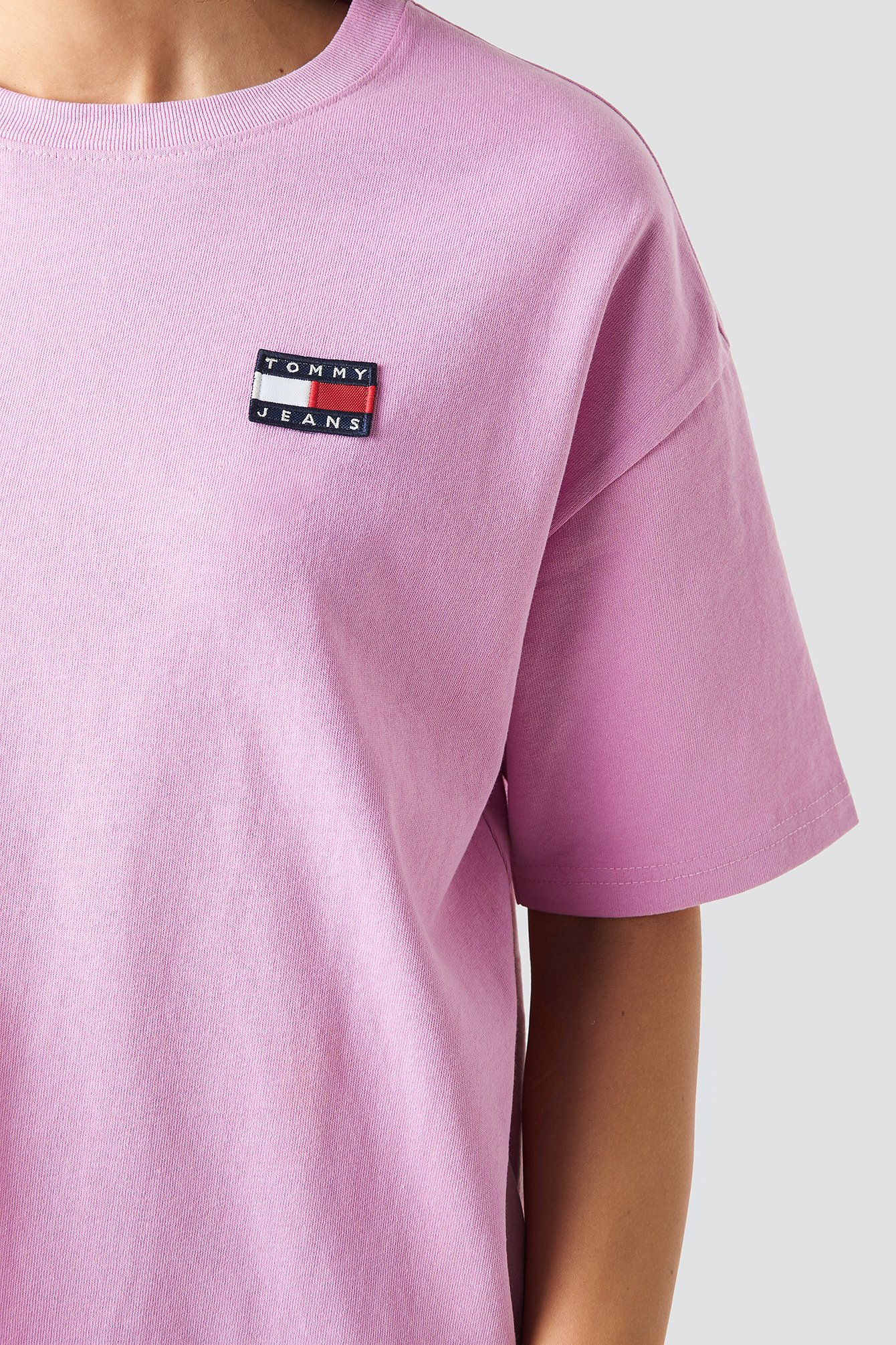 Tommy Jeans Badge Tee NA-KD.COM