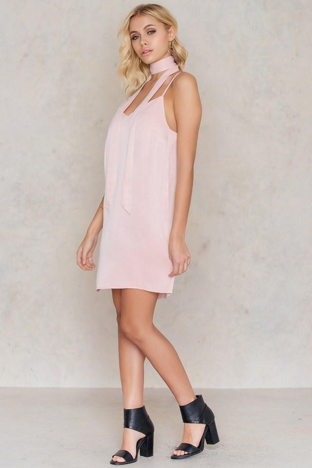 Mini sukienka bieliźniana z apaszką Soft Pink