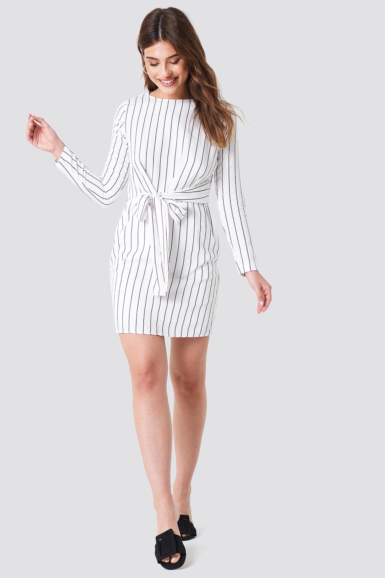 Sukienka w prążki z wiązaniem NA-KD.COM