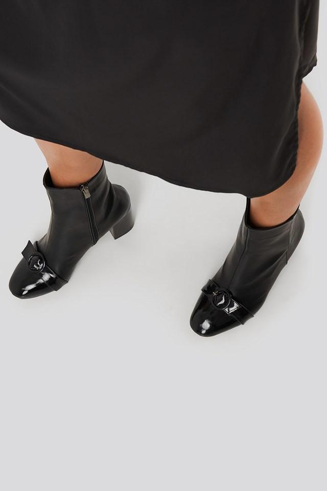 Ring Belt Detailed Boots Black
