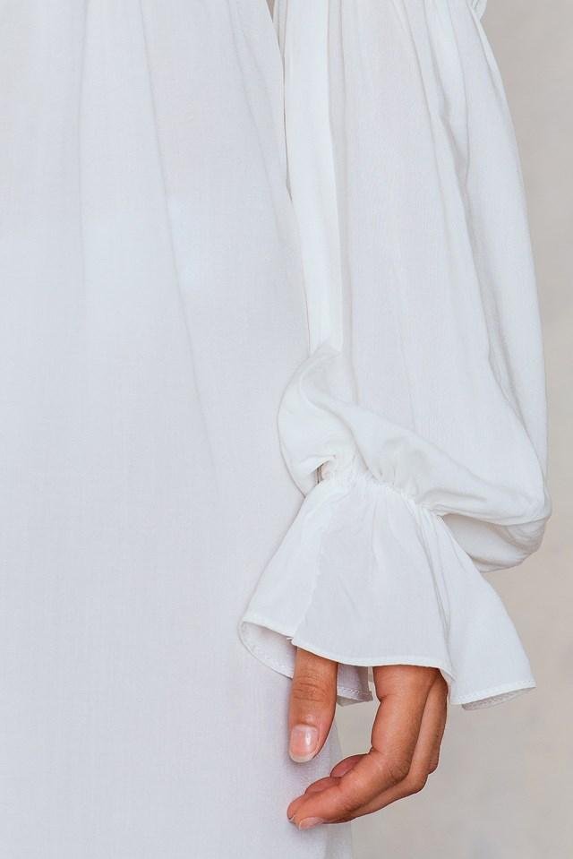 Sukienkaz odkrytymi ramionami White