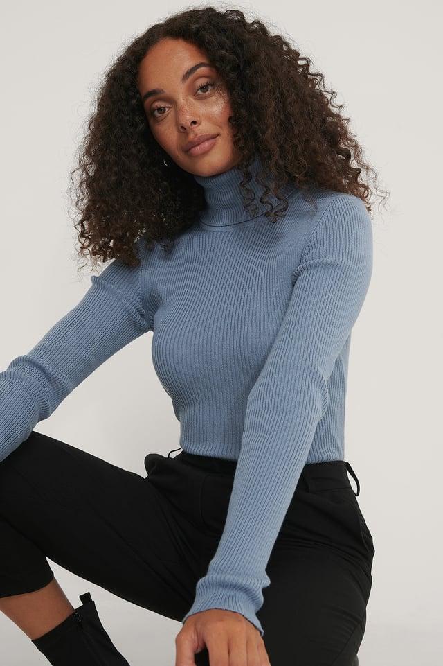 Stone Blue Karbowany Sweter W Kratkę Z Wysokim Kołnierzem