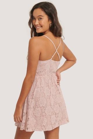 Dusty Pink Spitzenkleid Mit Gekreuztem Detail Am Rücken