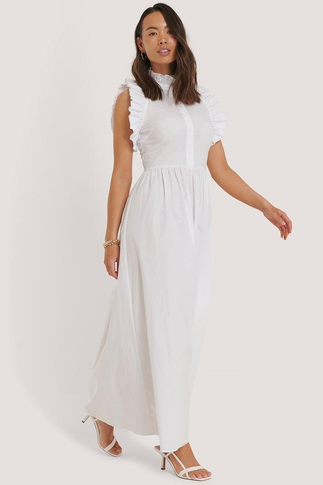 White Kjole Med Høy Hals Og Detaljer