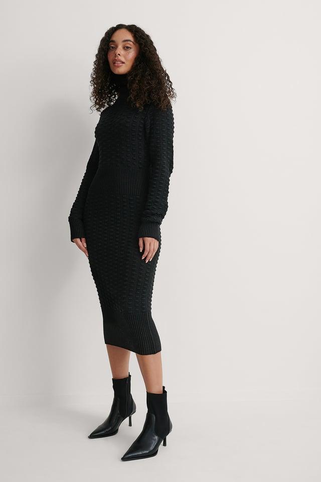 Black Stickad Klänning Med Hög Hals