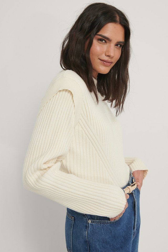 Offwhite Dziergany Sweter Z Zaznaczonymi Ramionami