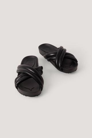 Black Puffiga Tofflor Med Kryss