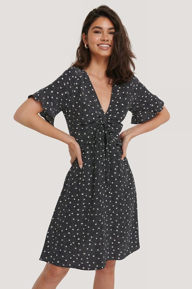 Black Dot Sukienka, Serek, Krótki Rękaw, Falbanki W Pasie