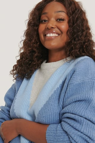 Blue Sweter Z Kolorowym Elementem W Kształcie Litery V