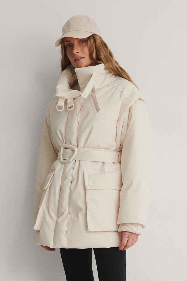 White Jacke Mit Abnehmbaren Ärmeln Und Gürtel