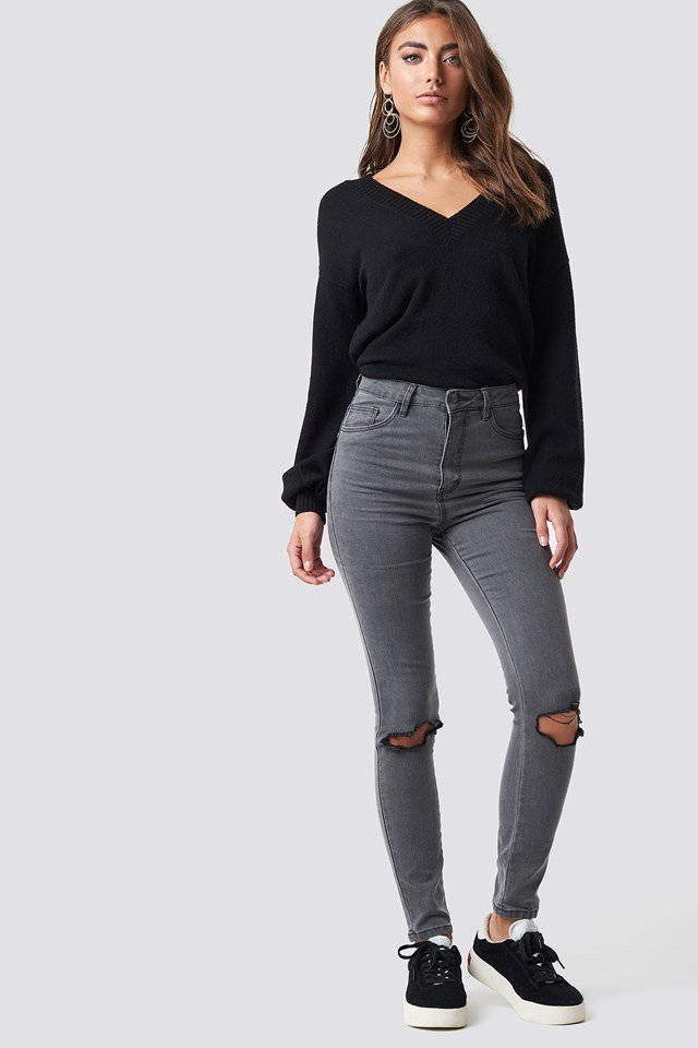 Casual V-neck and Denim Outfit