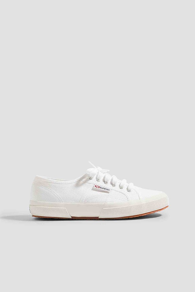 White Sneakers Med Logo